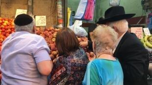 Inauguré à la fin du XIXe siècle à l'entrée ouest de la ville, Mahane Yehuda est le principal marché de Jérusalem. Il attire une clientèle très mélangée.