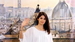 Virgínia Raggi, de 37 anos, foi eleita primeira prefeita de Roma, neste domingo (19).
