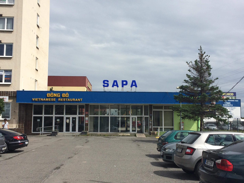Lối vào Trung tâm Thương mại Sapa của cộng đồng người Việt tại Praha, Cộng hòa Séc.