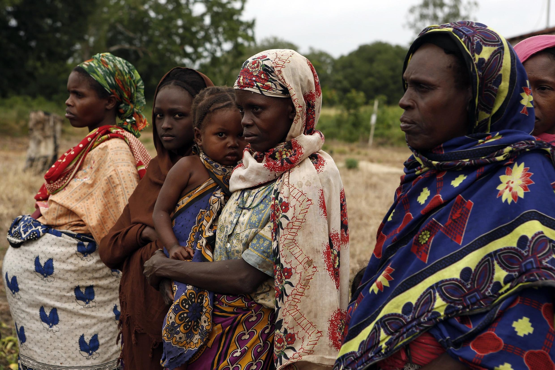 Des femmes du village de Pandanguo, sur la  côte de l'océan Indien (sud-est), proche de l'archipel touristique kényan de Lamu, le 11 juillet 2014, après l'attaque par des hommes armés pendant la nuit. (Photo d'illustration)