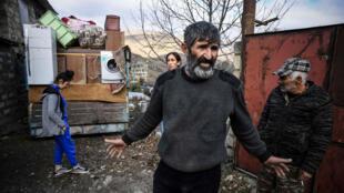 Una familia armenia recoge sus pertenencias antes de dejar su casa, en el pueblo de Kalbajar, Nagorno Karabaj, el 12 de noviembre de 2020