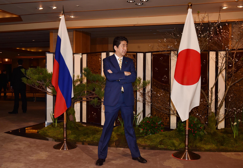 Thủ tướng Nhật Shinzo Abe chờ đón tổng thống NGa  Vladimir Putin tại Nagato, Yamaguchi, Nhật Bản ngày 15/12/2016