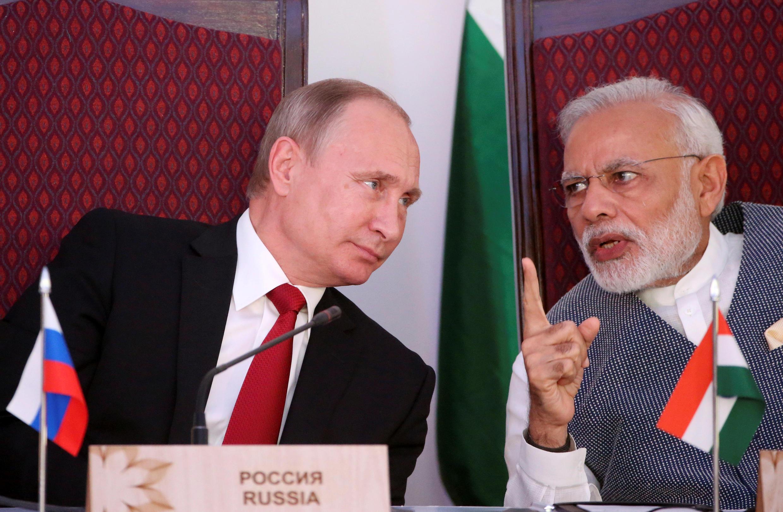Tổng thống Nga Vladimir Poutine (T) và thủ tướng Ấn Độ Narendra Modi, tại Benaulim, phía tây bang Goa, Ấn Độ, ngày 15/11/2016.
