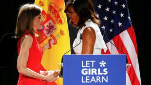 A primeira-dama americana, Michelle Obama, cumprimenta Letícia, a Rainha da Espanha, durante evento em Madri.