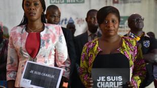 La ministre de la Communication ivoirienne Bamba Lamine (à gauche), et la présidente de l'association de la presse étrangère, Mah Camara, ont montré leur solidarité avec la France, à Abidjan, le 9 janvier 2015.