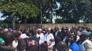 Cellou Dalein Diallo entouré de ses sympathisants le jour du premier tour de la présidentielle en Guinée, le 11 octobre 2015.
