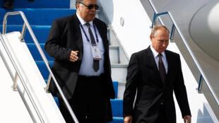 Андрей Карлов (слева) во время визита Владимира Путина в Стамбул. Октябрь 2016 г.