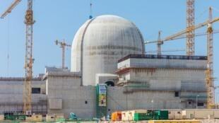Une photo publiée par l'ENEC le 1er juin 2017 montre une partie de la centrale nucléaire de Barakah en construction près d'al-Hamra à l'ouest d'Abu Dhabi en mai 2017.