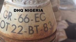 Photo publiée par l'armée nigériane montrant une sous-munition de type GR-66 récupérée dans une cache attribuée à Boko Haram. Une arme achetée à la France par le Nigeria dans les années 1980.