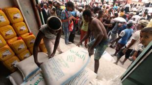 Lors d'une distribution de sacs de farine au centre d'aide humanitaire de la ville portuaire d'Hodeida, le 14 juin 2018.