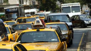 Les célèbres taxis jaunes de New York à l'heure de pointe en plein Manhattan.