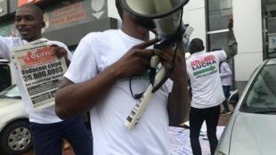 Des mouvements citoyens organisent un sit-in devant le siège de l'ARTPC le 4 octobre à Kinshasa.