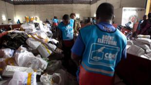 Un agent de la Céni, à Kinshasa, lors de l'élection présidentielle de 2011.