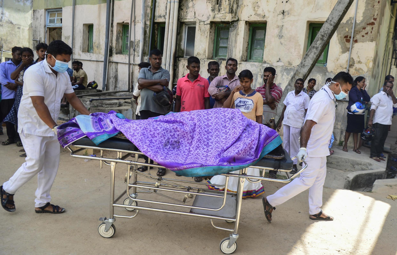 Empleados de un hospital transportan un cadáver hacia la morgue, luego de la explosión en la iglesia de Batticaloa, al este del país, el 21 de abril de 2019