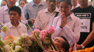 De nombreux Cambodgiens se sont rendus dans le temple où le corps de Kem Ley est exposé, ce 11 juillet 2016.