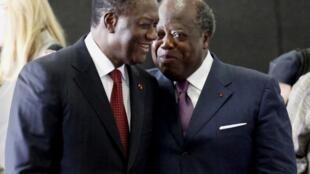 Le président de la Côte d'Ivoire Alassane Ouattara (G) et l'ancien Premier ministre Charles Konan Banny (D) , le président de la Commission dialogue vérité et réconciliation le 1er mai 2011.