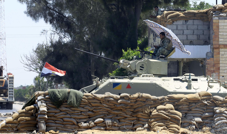 Soldado egípcio vigia a fronteira de Israel com Gaza, depois dos ataques extremistas.