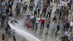 Cảnh sát chống bạo động dùng vòi rồng giải tán người biểu tình tại quảng trường Taksim, Istanbul ngày 16/06/2013.