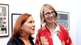 Françoise Nyssen (à dr.), ministre de la Culture, accompagnée par Jennifer Flay, directrice de la Fiac 2017.
