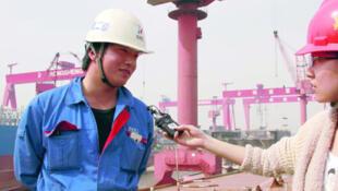 接受央视记者采访的工人刘武豪