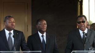 Les présidents du Togo (g) et du Bénin (d) aux côtés du président ivoirien (c) après le drame de Grand-Bassam, le 15 mars 2016.