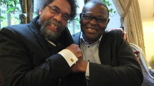 Cornel West (G) à Paris le 26 octobre, en compagnie de l'économiste sénégalais Lamine Sagna (D), qui vient de lui consacrer un ouvrage.