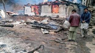 Поселение в районе линии контроля в Кашмире, 13 ноября 2002 г.