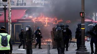 Le célèbre restaurant le Fouquet's sur les Champs Élysées, à Paris, a été vandalisé lors du rassemblement du 16 mars 2019.