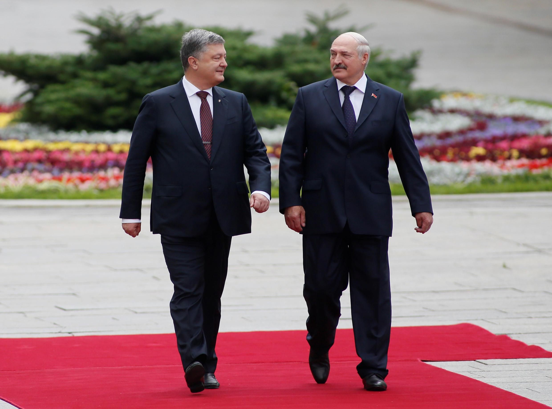 Петр Порошенко (слева) и Александр Лукашенко в Киеве, 21 июля 2017.