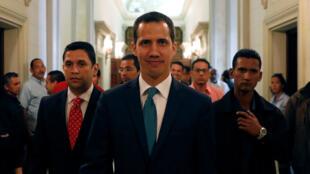 Juan Guaidó na frente da Assembleia Nacional antes de uma coletiva de imprensa em Caracas.