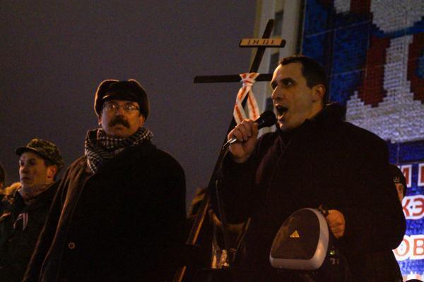 — Вячеслав Сивчик и Павел Северинец (справа) на импровизированной трибуне у здания педуниверситета