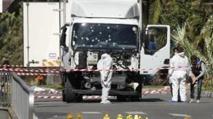 Полиция обследует грузовик, врезавшийся в толпу в Ницце