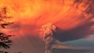 La région proche du volcan Calbuco, dans le sud du Chili, a été placée en alerte rouge, après l'éruption du volcan, ce 22 avril.