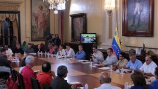 Tổng thống Venezuela Nicolas Maduro (giữa) họp hội đồng bộ trưởng tại Caracas. Ảnh ngày 25/09/2017.