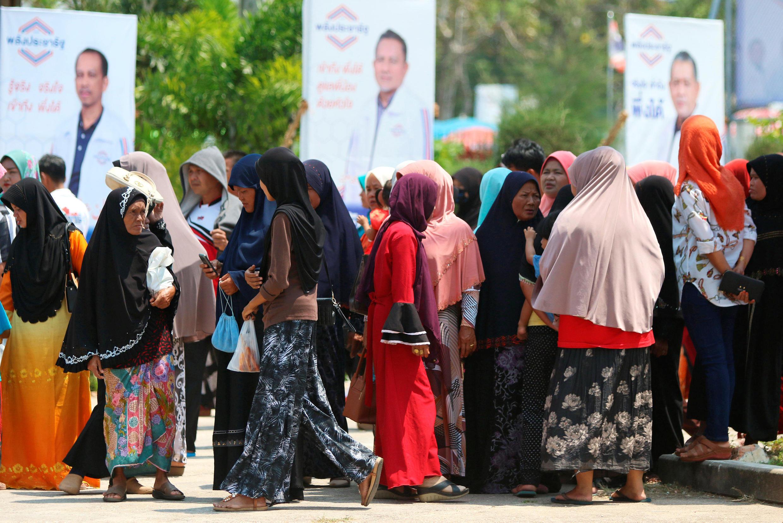 Les Thaïlandais font la queue devant un bureau de vote de la province de Narathiwat, pour les législatives du 17 mars 2019.