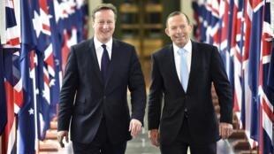 Os premiês do Reino Unido, David Cameron, e Tony Abbott, da Austrália, chegam para sessão do parlamento australiano em Camberra.