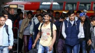 Мигранты, прибывшие на вокзал Мюнхена , Германия, 7 сентября 2015.