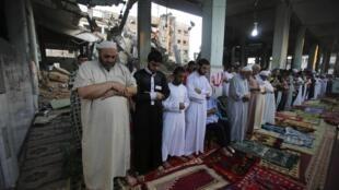 Waislam huko Gaza wakiswali siku ya Eid al Fitr