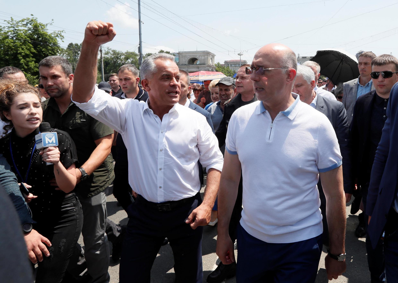 Врио президента, премьер Павел Филип (справа) и глава Демпартии Владимир Плахотнюк (слева) перед митингом в Кишиневе 9 июня 2019