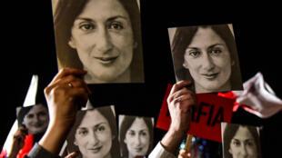 Carteles con la imagen de la periodista asesinada Daphne Caruana Galizia, durante una protesta convocada por su familia frente a la oficina del primer ministro en La Valeta, Malta, el 29 de noviembre de 2019