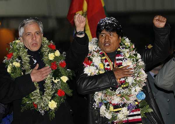 O presidente boliviano Evo Morales e o vice-presidente Alvaro Garcia Linera cantam o hino boliviano, nesta terça-feira