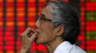 Un investisseur à la Bourse de Shanghai.