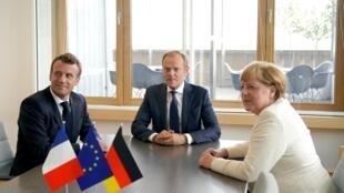 O Presidente Emmanuel Macron, Donald Tusk, presidente do Conselho Europeu e a Chanceler da Alemanha Angela Merkel em Bruxelas  durante o Conselho  Europeu. 20 de Junho de 2019.