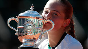Nư hoàng quần vợt mới , Jelena Ostapenko, 20 tuổi, với chiếc Cúp Suzane Lenglan sau trận chung kết đơn nữ Roland Garros ngày 10/06/2017.