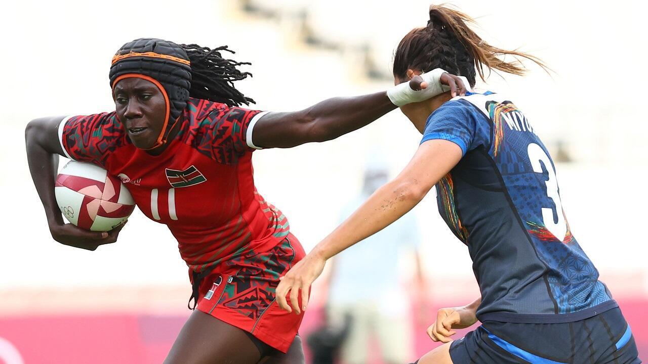 La rugbywoman kényane Camilla Atieno (en rouge) devance la Japonaise Miyu Shirako (en bleu), le 30 juillet 2021 à Tokyo.