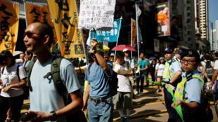 图为香港民众今天示威抗议禁止独立候选人参选