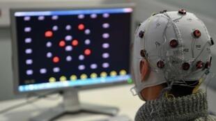 Pour participer, le joueur est équipé d'un casque EEG (Electroencéphalographe). Il doit se concentrer pour détruire l'alien cible.