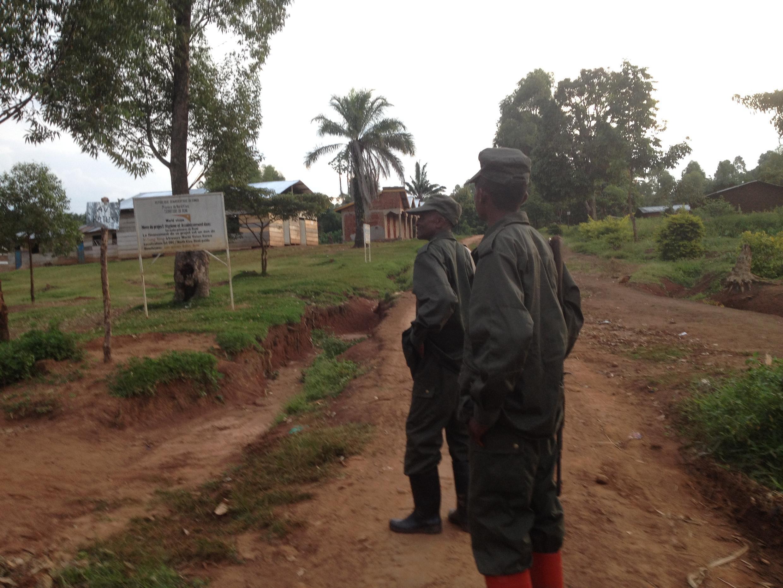 Des militaires de l'armée congolaise patrouillent en uniforme kaki dans Rwangoma, après un précédent massacre à Beni, ville de l'est de la RDC, dans la nuit du samedi au dimanche 14 août 2016.