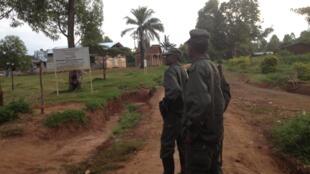 Des militaires de l'armée congolaise patrouillent en uniforme kaki dans Rwangoma, après le massacre de Beni, ville de l'est de la RDC, dans la nuit du samedi au dimanche 14 août 2016 (photo d'illustration).