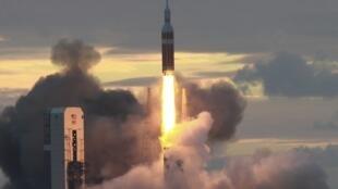 La capsule américaine Orion, conçue pour transporter des astronautes jusqu'à la planète Mars, a décollé vendredi pour un vol d'essai non habité autour de la Terre.